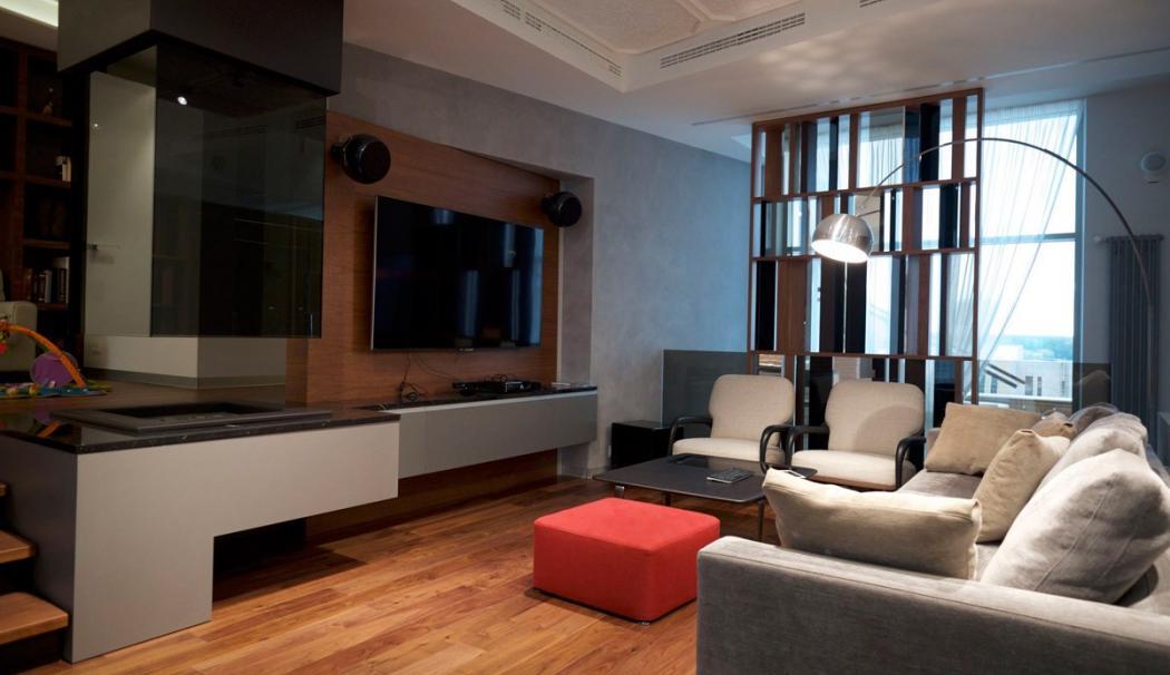 Подвесной камин в многоуровневой гостиной